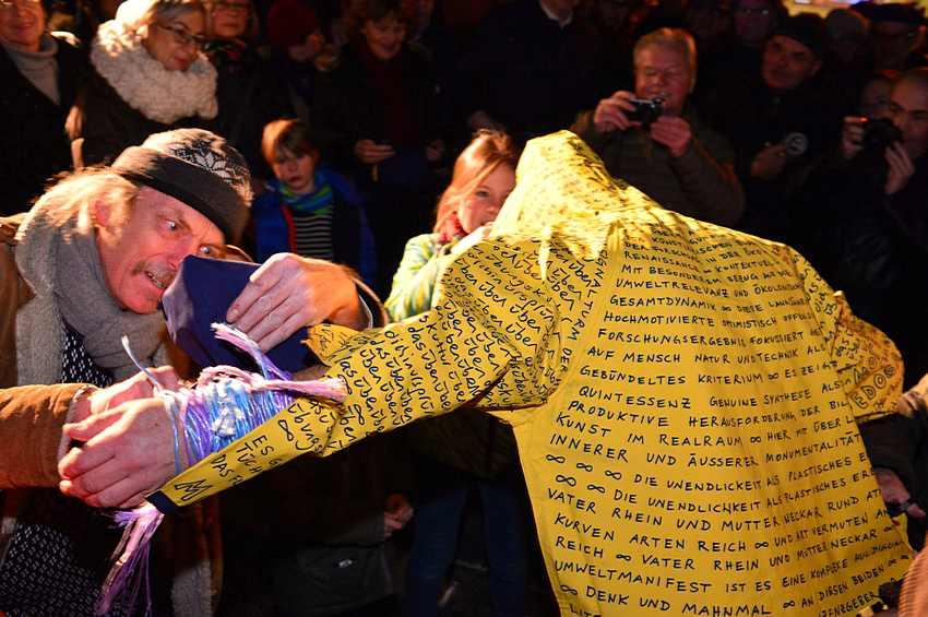 """Non Euclidia, eine Performance mit Worten (Bruno Nagel) und Musik von Claus Boesser-Ferrari g. und Erwin Ditzner perc. als Hommage an den 2014 verstorbenen Kunenstler Mo Edoga am 09.12.2016 hinter dem Kunstverein bei Edogas """"Himmelskugel"""" am Carl-Reiss-Platz und im Kunstverein Mannheim. Zu Artikel von Martin Voegele Foto © Manfred Rinderspacher"""